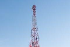 Torre de la telecomunicación y cielo azul Imagen de archivo libre de regalías
