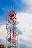 Torre de la telecomunicación y fondo nublado del cielo Fotografía de archivo