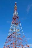 Torre de la televisión contra backgrownd el cielo azul Fotos de archivo libres de regalías