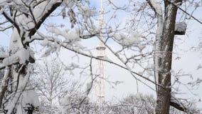 Torre de la televisión en helada