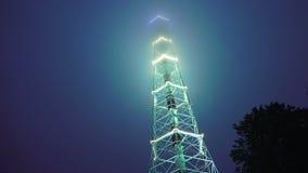 Torre de la televisión en la noche adornada con los fuegos St Petersburg 4K almacen de video