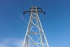 Torre de la transmisión contra el cielo azul fotografía de archivo