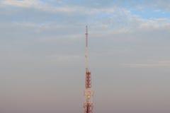 Torre de la transmisión de la antena, foto de archivo libre de regalías