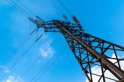 Torre de la transmisión de poder contra el cielo azul Fotos de archivo