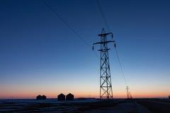 Torre de la transmisión silueteada en la puesta del sol fotografía de archivo