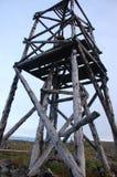Torre de la triangulación de la madera en la tundra Rusia Fotografía de archivo