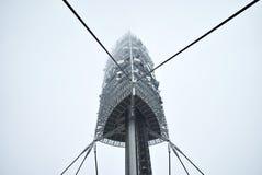 Torre de la TV en día de niebla fotos de archivo libres de regalías