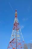 Torre de la TV en el fondo de un aeroplano en el cielo azul Imagenes de archivo