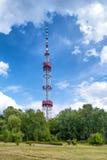 Torre de la TV en el parque verde Imágenes de archivo libres de regalías