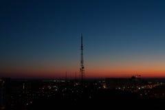 Torre de la TV en la ciudad Fotos de archivo
