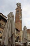 Torre de Lamberti en el delle Erbe de la plaza en Verona, Italia Foto de archivo