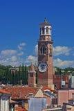 Torre de Lamberti en el horizonte de Verona, Italia Fotografía de archivo libre de regalías