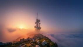Torre de las telecomunicaciones en el top de la montaña fotos de archivo