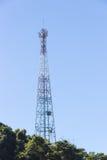 Torre de las telecomunicaciones en la montaña fotos de archivo libres de regalías