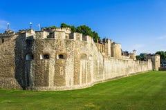 Torre de Londres, castillo medieval en el verano en la puesta del sol Londres Imágenes de archivo libres de regalías