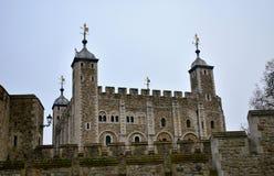 A torre de Londres com a torre branca da caminhada de Thames River Londres, Reino Unido fotografia de stock royalty free