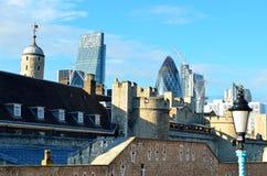 Torre de Londres com o mar das papoilas vermelhas para recordar os soldados caídos de WWI - 30 de agosto de 2014 - Londres, Reino Imagens de Stock Royalty Free