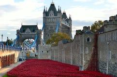 Torre de Londres con el mar de las amapolas rojas para recordar a los soldados caidos de WWI - 30 de agosto de 2014 - Londres, Re Imágenes de archivo libres de regalías