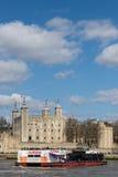 Torre de Londres e de navio de cruzeiros Fotografia de Stock Royalty Free