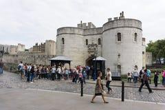 Torre de Londres em Londres, Inglaterra, turistas na porta da entrada principal imagem de stock royalty free