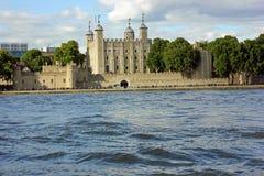 Torre de Londres en el banco del río Támesis fotografía de archivo