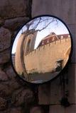 Torre de Londres vista através de um espelho enviesado fotografia de stock royalty free