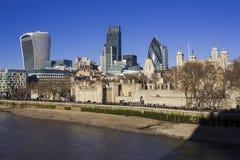 Torre de Londres y vista de la ciudad de Londres Imagen de archivo