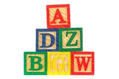 Torre de los bloques de aprendizaje de madera de ABC en blanco Imagen de archivo libre de regalías
