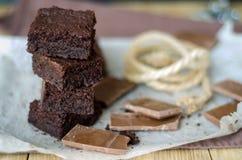 Torre de los pedazos del brownie y del chocolate quebrado Foto de archivo libre de regalías