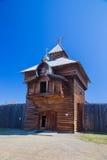 A torre de madeira com uma cruz ortodoxo Fotografia de Stock Royalty Free