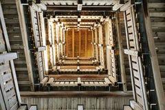 Torre de madeira da vigia com o propósito dos cumes e das florestas bávaras e boêmias Fotografia de Stock Royalty Free