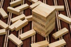 Torre de madeira e bloco dos blocos espalhados ao redor Imagem de Stock