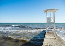 Torre de madera blanca del rescate en la playa fotografía de archivo