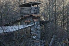 Torre de madera en el bosque, edificio adicional, otoño Foto de archivo