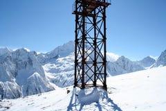 Torre de medición en las montañas del Cáucaso fotos de archivo
