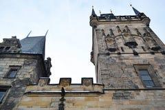 Torre de Mesto de la mirada fija en Praga. Foto de archivo libre de regalías