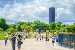 A torre de Montparnasse é visível dos jardins de Luxemburgo Fotografia de Stock