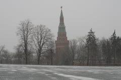 Torre de Moscú el Kremlin en invierno frío Imagenes de archivo