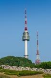 Torre de Namsan, y los cielos azules arriba en Seul, Corea del Sur Foto de archivo libre de regalías