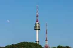 Torre de Namsan, y los cielos azules arriba en Seul, Corea del Sur Foto de archivo