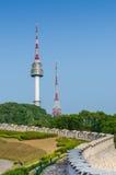 Torre de Namsan, y los cielos azules arriba en Seul, Corea del Sur Imágenes de archivo libres de regalías
