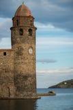 Torre de igreja perto da água fotos de stock royalty free