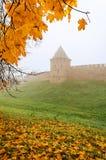 Torre de Novgorod el Kremlin en niebla Imagen de archivo