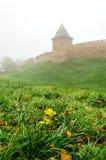 Torre de Novgorod el Kremlin en niebla Fotografía de archivo libre de regalías