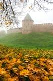Torre de Novgorod el Kremlin en niebla Imágenes de archivo libres de regalías