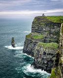 A torre de O'Brien sobre os penhascos de Moher na península do Dingle, Irlanda ocidental Fotografia de Stock