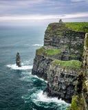 A torre de O'Brien sobre os penhascos de Moher na península do Dingle, Irlanda ocidental Fotografia de Stock