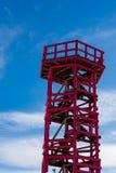 Torre de observación de la madera contra el cielo Fotos de archivo libres de regalías