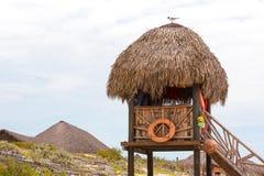 Torre de observación en la playa arenosa del paraíso de Playa, en la isla de Cayo largo, Cuba Copie el espacio para el texto Foto de archivo libre de regalías