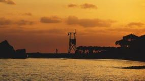 Torre de observación en la puesta del sol fotos de archivo